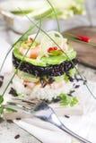 Torre di riso in bianco e nero con gamberetto e lo zucchini Fotografie Stock Libere da Diritti