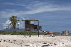 Torre di salvataggio su una spiaggia vuota. Fotografie Stock