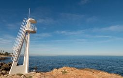 Torre di salvataggio sulla spiaggia in Spagna immagine stock