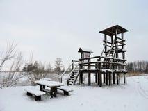 Torre di sorveglianza vicino al lago, Lituania Fotografia Stock Libera da Diritti
