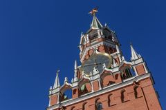 Torre di Spasskaya del Cremlino di Mosca contro cielo blu fotografie stock libere da diritti