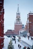 Torre di Spasskaya di inverno con il grandi carillon, albero di Natale e gente al quadrato rosso di Mosca dopo le grandi precipit Immagini Stock Libere da Diritti