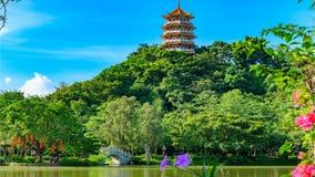 Torre di stile di cinese tradizionale su una collina vicino una composizione orizzontale nel lago stock footage