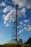 Torre di telecomunicazione con il cielo blu di estate Immagine Stock