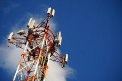 Torre di telecomunicazione con il cielo blu di estate Fotografia Stock
