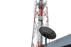 Torre di telecomunicazione con il riflettore parabolico, isolato su fondo bianco, con il percorso di ritaglio Immagini Stock Libere da Diritti