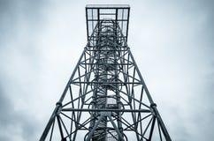 Torre di telecomunicazione con l'allerta Fotografie Stock