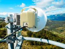 Torre di telecomunicazione della stazione base della rete telefonica di telefono cellulare con l'antenna cellulare astuta fotografie stock libere da diritti