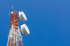 Torre di telecomunicazione sul fondo del cielo blu Fotografia Stock