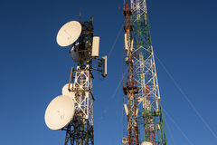 Torre di telecomunicazioni ad alba ed a cielo blu Fotografia Stock Libera da Diritti