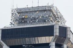 Torre di telecomunicazioni con molti trasmettitori satelliti immagini stock libere da diritti