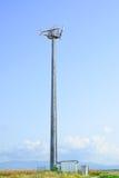 Torre di telecomunicazioni. Stazione del telefono cellulare in un cielo blu Immagine Stock Libera da Diritti