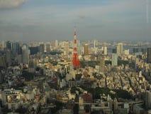 Torre di Tokyo circondata dalle costruzioni moderne Fotografia Stock Libera da Diritti