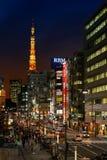 Torre di Tokyo dalla stazione di Hamamatsucho Immagine Stock