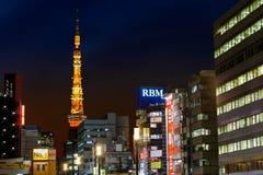 Torre di Tokyo dalla stazione di Hamamatsucho Immagini Stock