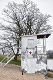 Torre dilapidada velha da salva-vidas em um lago perto de Magdeburgo Fotografia de Stock Royalty Free