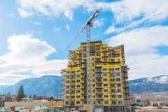 Torre do apartamento sob a construção com o guindaste na cidade imagens de stock