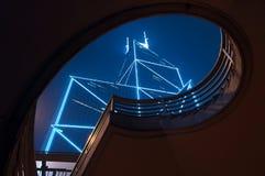 Torre do Banco da China sob a ponte fotografia de stock royalty free