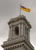 A torre do belvedere da casa do governo, Melbourne com a bandeira do regulador de Victoria aumentou Imagem de Stock Royalty Free