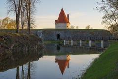 Torre do castelo de Kuressaare com a ponte sobre o fosso no ligh do por do sol Foto de Stock Royalty Free