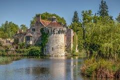 Torre do castelo de Scotney centrada com fosso foto de stock