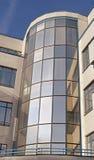 Torre do concreto e a de vidro na construção moderna Imagens de Stock Royalty Free