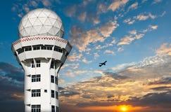 Torre do controlador aéreo com avião fotos de stock