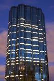 Torre do escritório e céu do alvorecer Fotografia de Stock Royalty Free