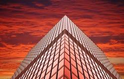 Torre do escritório no por do sol (ou no nascer do sol) fotografia de stock royalty free