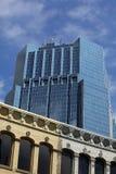 Torre do escritório com edifícios velhos. Imagem de Stock