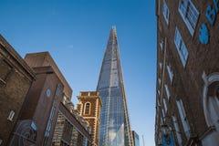 A torre do estilhaço viu de uma rua de construções de tijolo velhas em Londres, Reino Unido - em julho de 2017 fotografia de stock