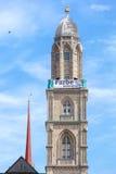 Torre do Grossmunster com uma bandeira Imagens de Stock Royalty Free