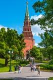 A torre do Kremlin de Moscou da fortaleza nomeou o ` de Borovitskaya do ` Muitos turistas do países diferentes podem vê-lo diário Fotos de Stock Royalty Free