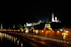Torre do Kremlin na luz da noite Reflexão no rio Foto de Stock