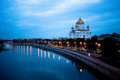 Torre do Kremlin na luz da noite Reflexão no rio Fotografia de Stock