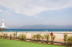 Torre do mar do obervatório subaquático Marine Park em Eilat Nenhum sinal da entrada na cerca perto da praia da areia com o barco Imagens de Stock Royalty Free