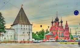 Torre do monastério da transfiguração do salvador e da igreja do esmagamento em Yaroslavl, Rússia fotos de stock