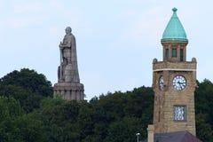 Torre do nível de água do St Pauli e monumento de Bismarck fotografia de stock royalty free