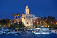 Torre do ouro de Sevilha na noite Foto de Stock Royalty Free