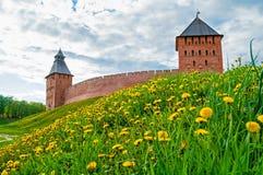Torre do palácio e torre do salvador do Kremlin de Veliky Novgorod no dia de mola Imagens de Stock