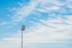 Torre do projetor do estádio com fundo do céu azul imagem de stock