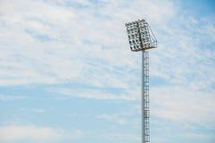 Torre do projetor do estádio com fundo do céu azul imagens de stock