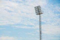 Torre do projetor do estádio com fundo do céu azul imagem de stock royalty free