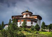Torre do relógio acima de Paro Dzong, Ta Dzong, Museu Nacional, Butão foto de stock royalty free
