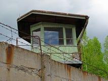 Torre do relógio atrás do muro de cimento Imagens de Stock Royalty Free