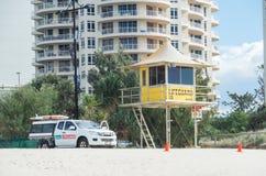 Torre do relógio da salva-vidas e veículo da patrulha no paraíso dos surfistas fotos de stock