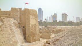 Torre do relógio e bandeira de Barhain, Qal 'em al-Barém imagens de stock royalty free