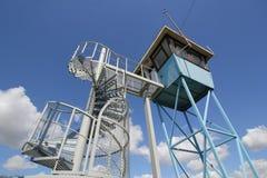 Torre do relógio do rio contra um céu azul Imagem de Stock