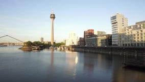 Torre do Reno de Rheinturm, Dusseldorf, Alemanha video estoque