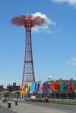 Torre do salto de paraquedas e carrossel histórico restaurado de B&B em Brooklyn Imagens de Stock